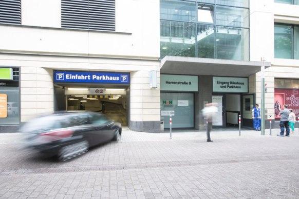 Parken Sie ganz zentral in der City. Mit 24 Stunden Öffnungszeit!